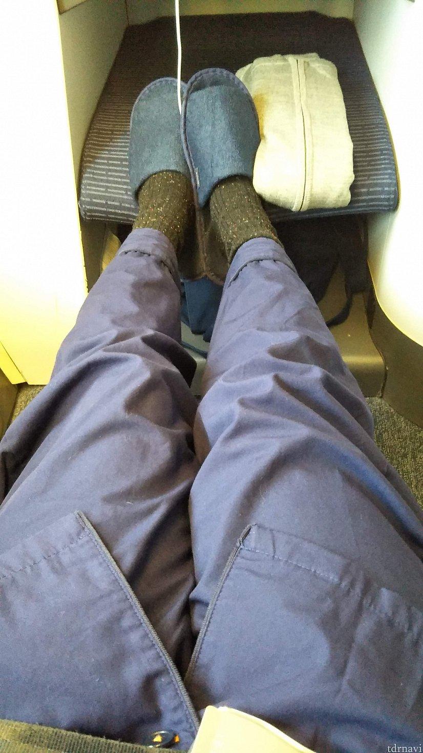 足元の広さはこんな感じ。 スリッパもあります。このスリッパ、家にいっぱいある・・・。 何気に旅行中にも使えるし、持って帰って家で使ってしまっている。超便利アイテム!