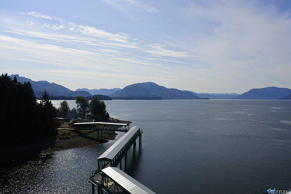 船からの眺め。この橋を渡って上陸します。