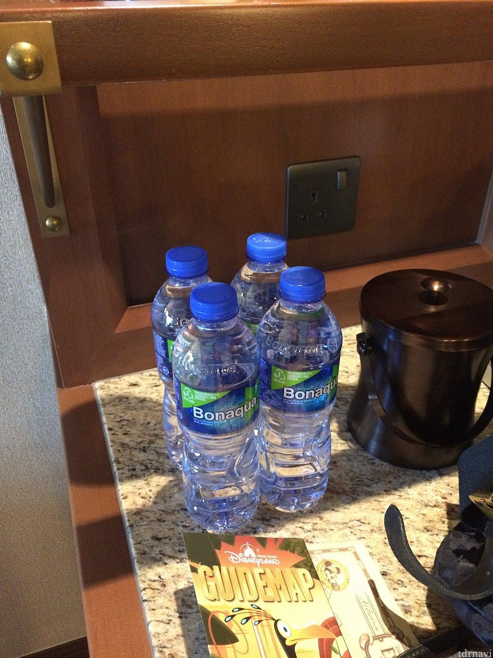 お水は4本ありました。
