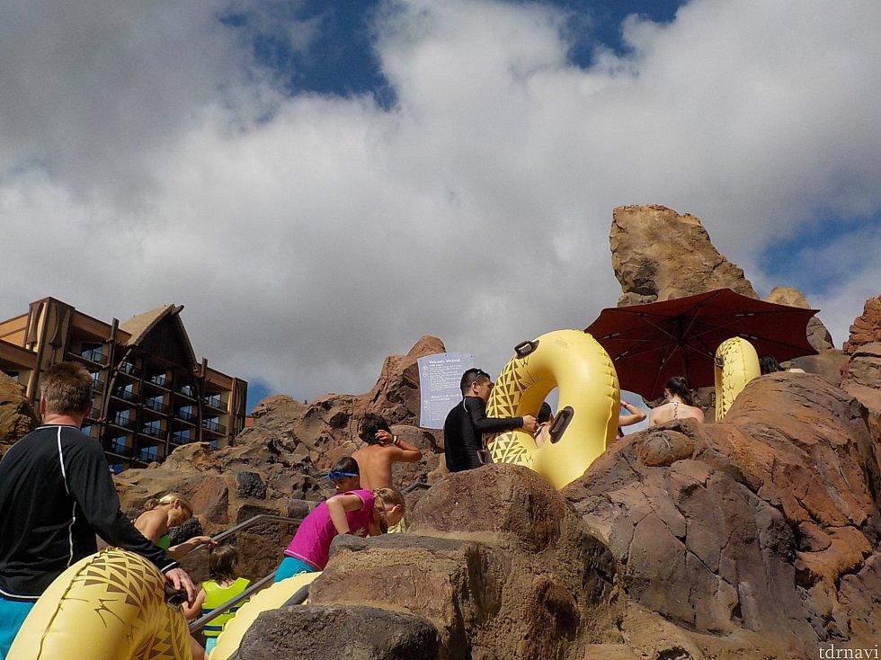 ウォータースライダーの入口はプウ・キロの山頂にあります。