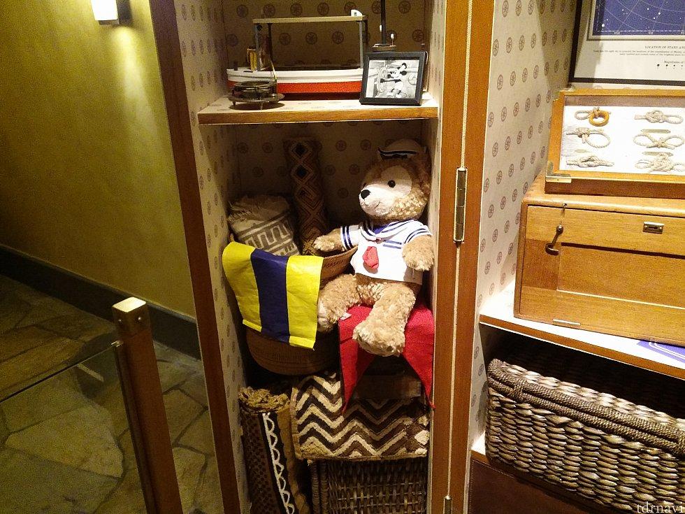 ミッキーのスーツケースにはダッフィーが!ミニーがミッキーの旅立ちに送ったクマでしたね。