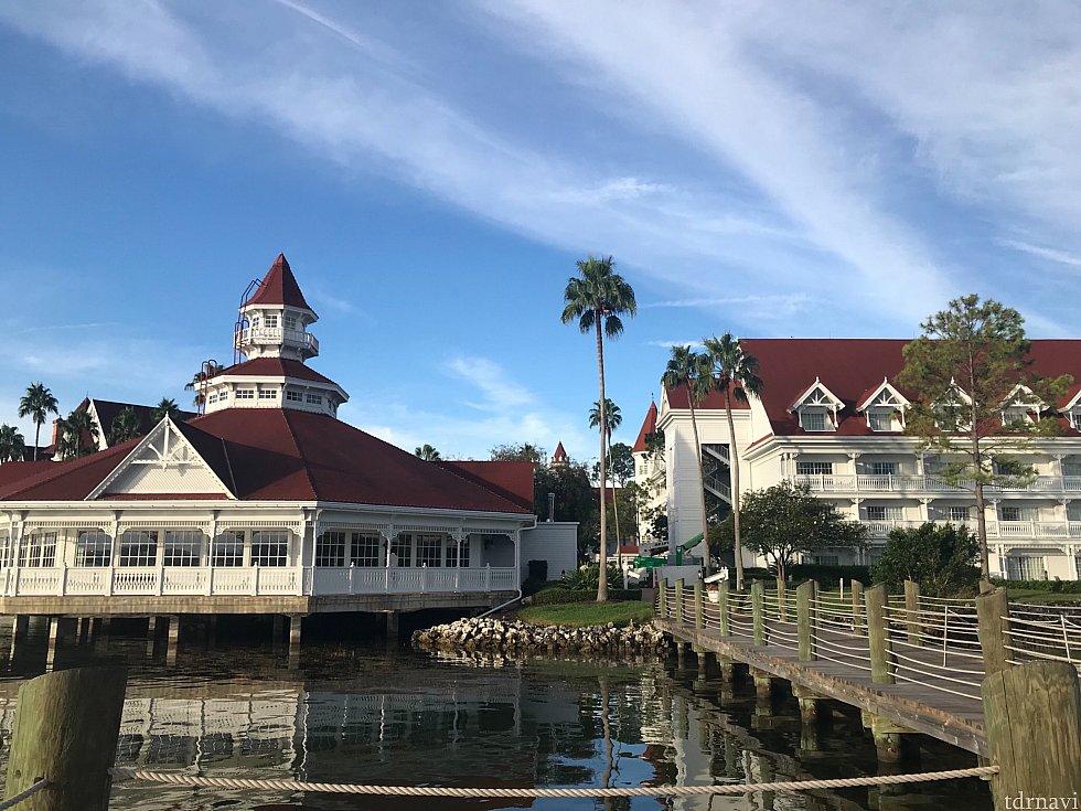 マジックキングダム行きのボート乗り場の横にあるレストランです。(写真左側の六角形の建物) 湖沿いですので、景色も非常にいいです。 ただ、夜は暗いので、若干迷います、、、