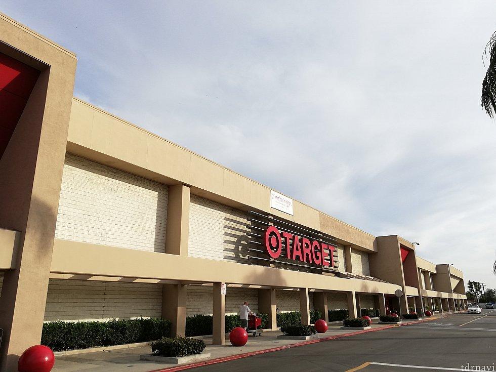 Targetの外観、ちょっとしたショッピングモールくらい広いです