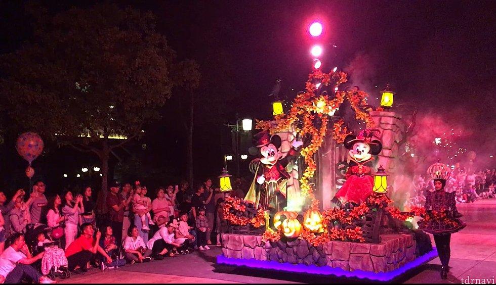 ミッキーとミニーちゃんの乗ったフロートが登場! ゲストも大盛り上がりです!