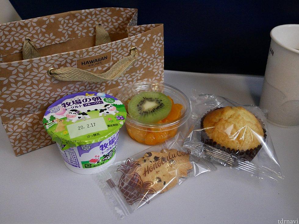 【往路】朝食はお菓子セットという感じでした!<br> ホノルルクッキー好きなので嬉しかったです