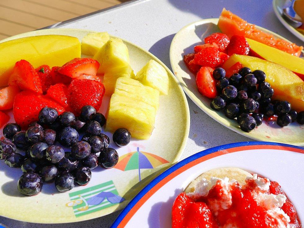 朝食のフルーツとパンケーキ