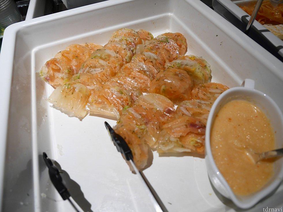 【冷菜】サーモンと白菜のテリーヌ。美味しくておかわりしまくりました✨右のソースはオニオンが入ってて、スモークサーモンのマリネみたいな感じでした😁