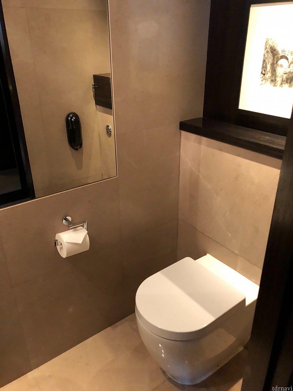 トイレは個室で、シャワールームとは別。