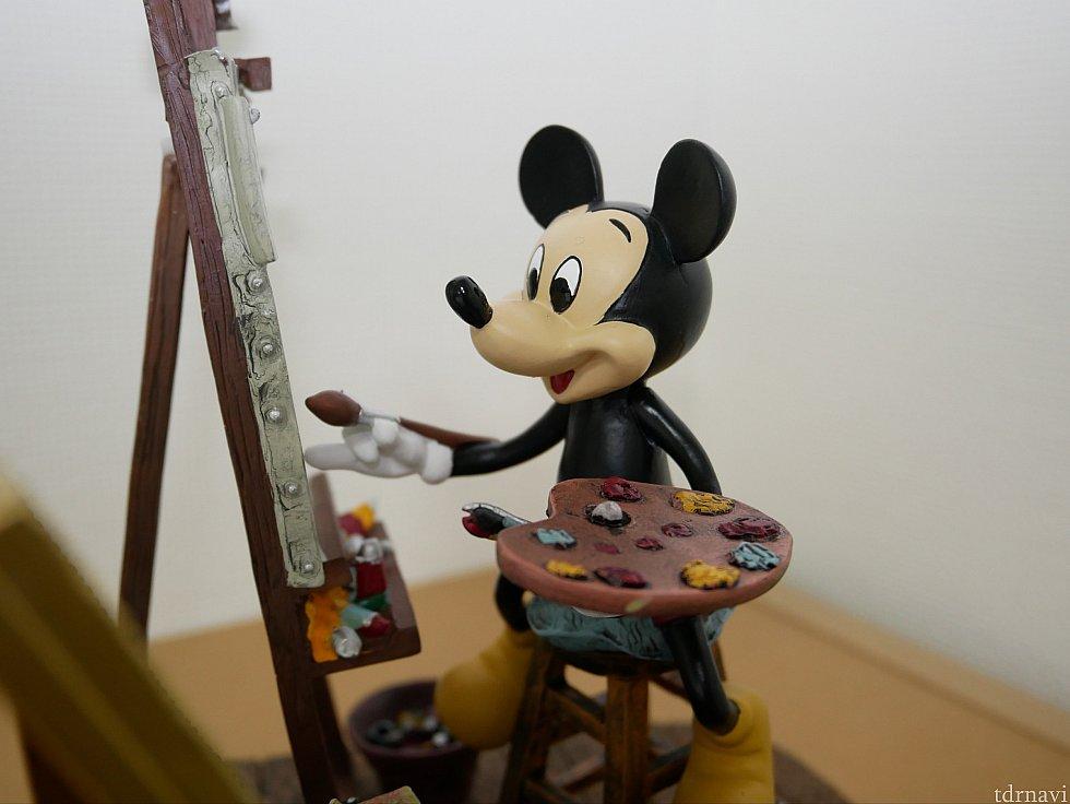 ミッキーが鏡を見ながら自画像を書いています。