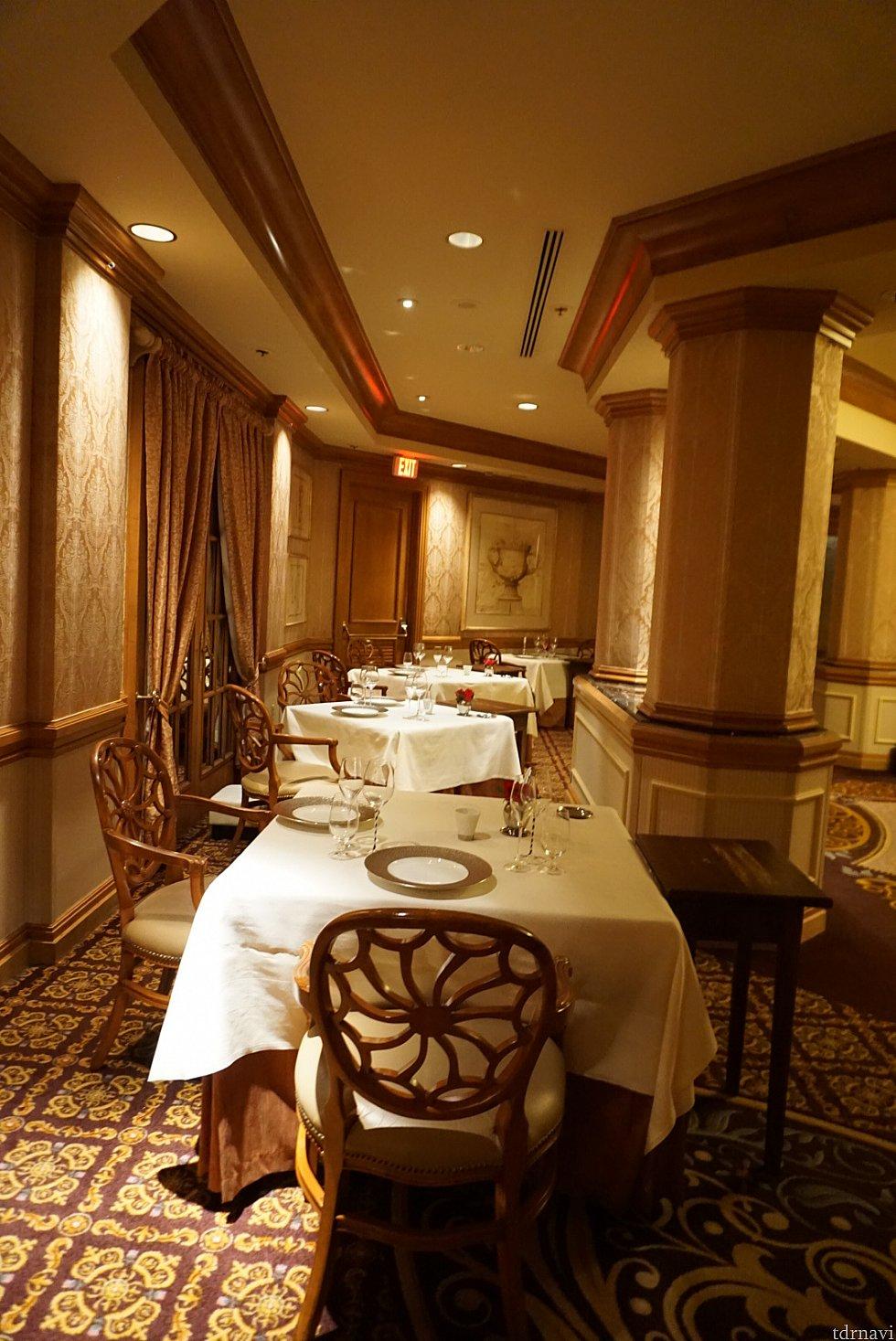 メインダイニングとは言え、それほど大きい部屋ではありません。緊張しながら、ゲストのテーブルを通り抜けていくと…