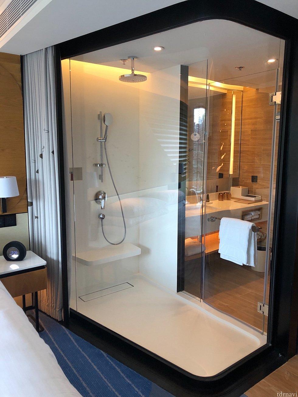 スーパー・シースルー・シャワー。水槽に入っているような感覚に。