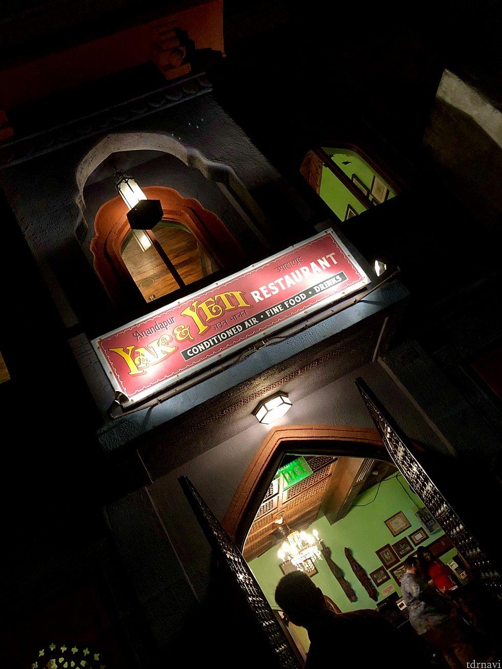 レストランの入り口。夜は良い雰囲気が出ています。