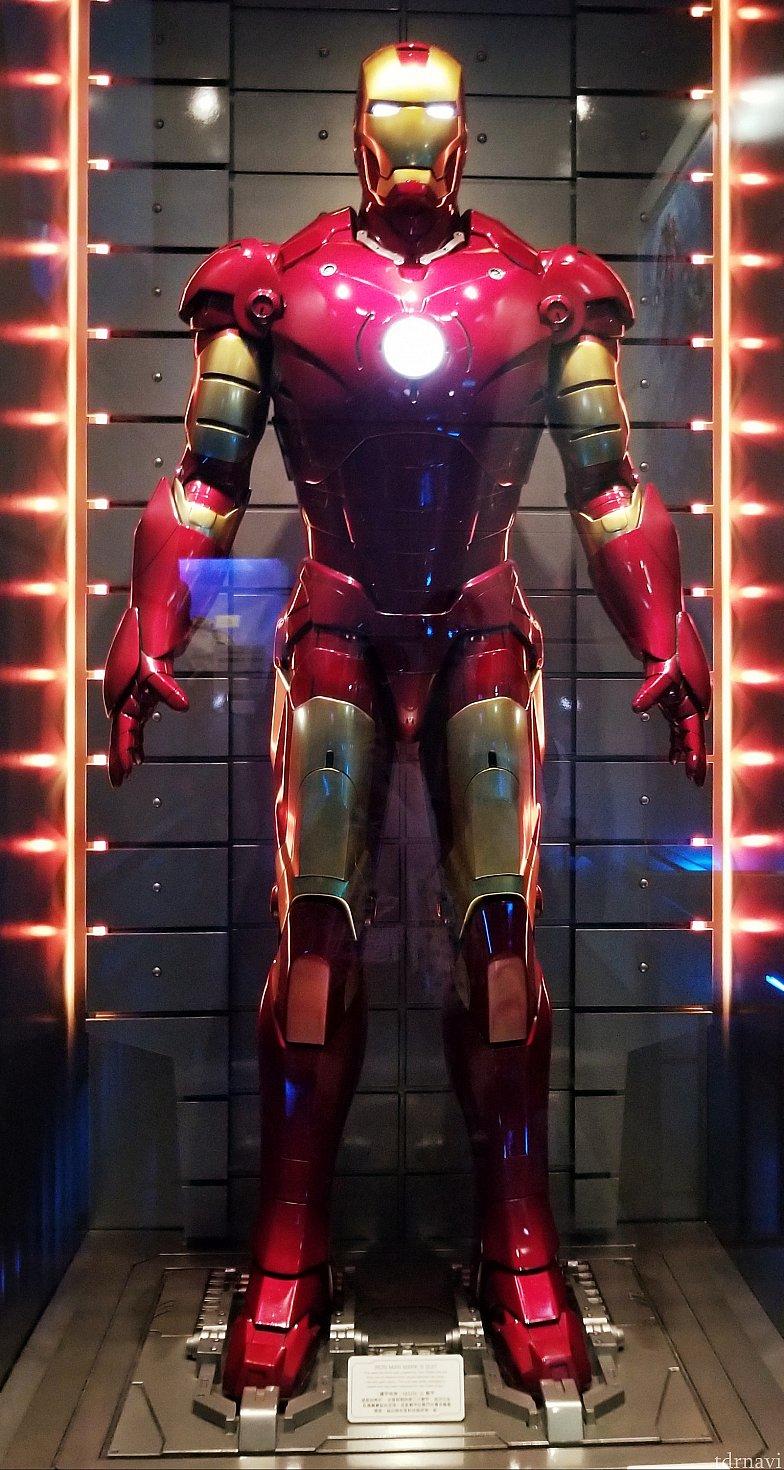 アイアンマンスーツです!圧倒的な存在感!カッコいい!下の説明を読み逃しましたが恐らく...初めて赤と金の色が着いたマーク3でしょうか(スーツは現在50まであるそうです)