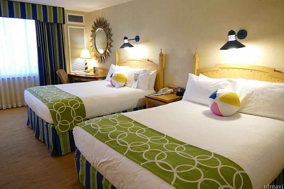 ベッドは広くてふかふかです!ビーチボール型のクッションが可愛い!