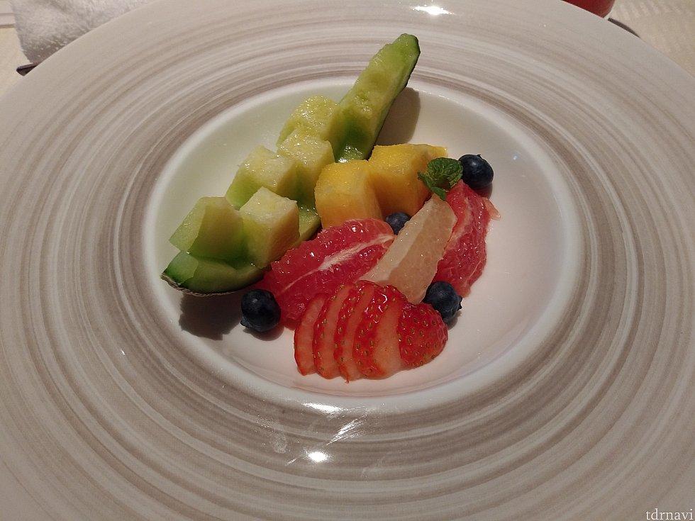 デザート:フレッシュフルーツ メロン、パイナップル、グレープフルーツ、イチゴ、ブルーベリーでした😘