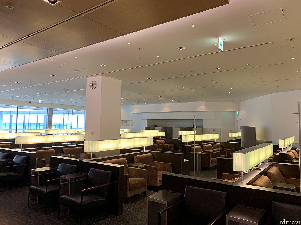 成田空港のANAラウンジの様子 奥の方のエリアですが、ほぼ貸し切り状態でした笑