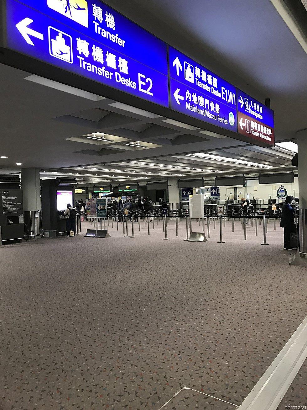 香港の入国審査前です。 (この先は撮影出来ないので) この広場のところに待合用の椅子があったのをご存知でしたか?