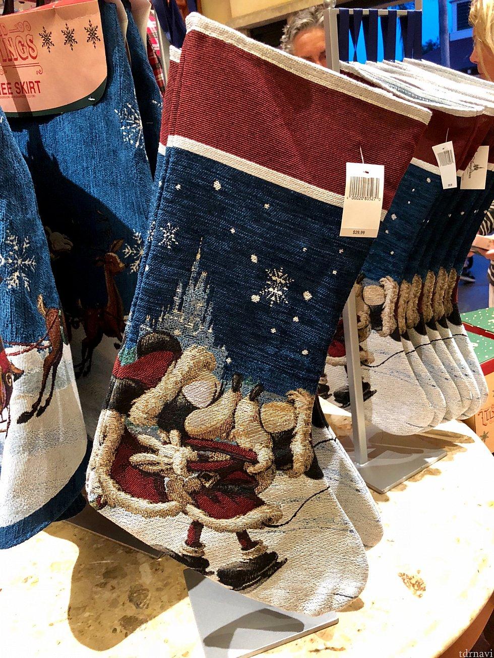 大きな靴下。プレゼントを受け取る時に飾るものですね。とてもクリスマスらしいグッズですね。$29.99
