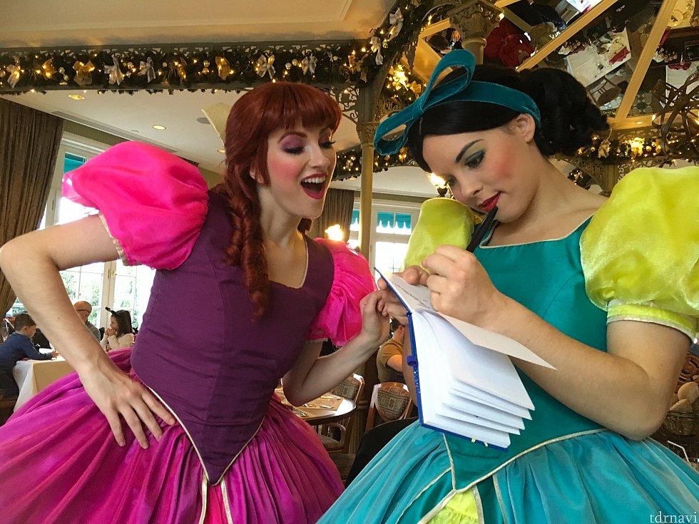 意地悪なお姉さんのドリセラとアナスタシア。とってもハイテンションで、この後別のテーブルでお誕生日のお祝いをしていましたが、まぁ歌が下手なこと!近くにいたスージー、耳をふさいでました…
