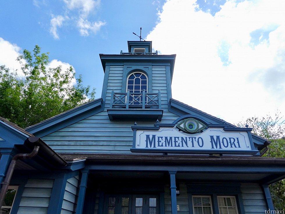 MEMENTO MORIの入口 ホーンテッドマンションとはテイストが異なりますが、なんとなく不気味な雰囲気が漂います。