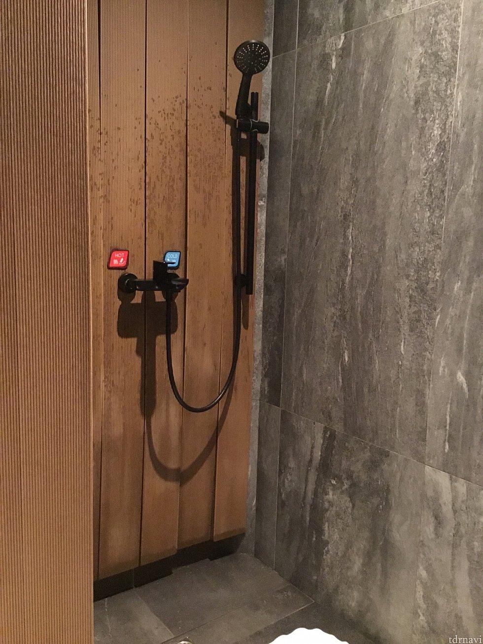 水圧バッチリ!シャワーは小さいバーを少し引っ張ると出ます。 シャワーの横に備え付けのバスグッズがあります
