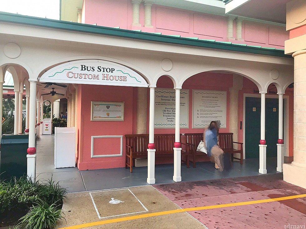 部屋に行くためのバス停。 写真の左奥がチェックインの建物の入り口です。
