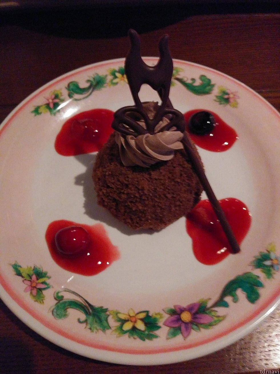 チョコレートムースの上にはチョコレートで出来てるマレフィセントが😄 赤いのはベリーのソースです。イチゴやブルーベリーも入ってました。