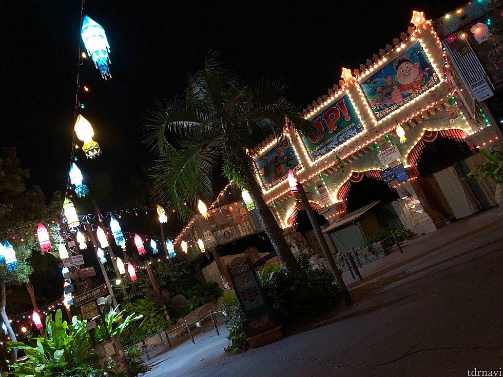 レストランのすぐ側には、「カールじいさんの空飛ぶ家」のキャラクターが出演している、バードショーのシアターが。夜はとっても雰囲気がよろしいです。