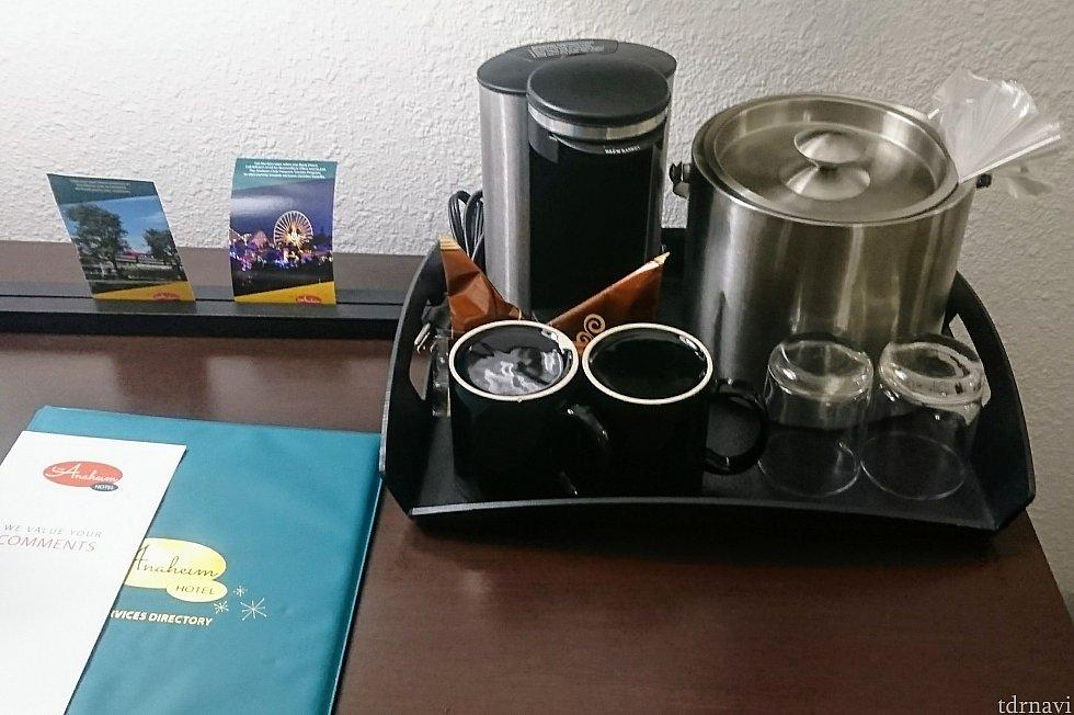 コーヒーメーカーとマグカップ、グラス、アイスペール。