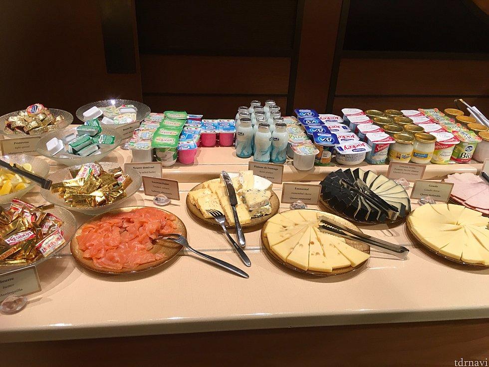 それ以上にびっくりしたのがヨーグルトの品揃え!チーズはわかる気がしますが、ヨーグルトまでここまで揃っているとは…!