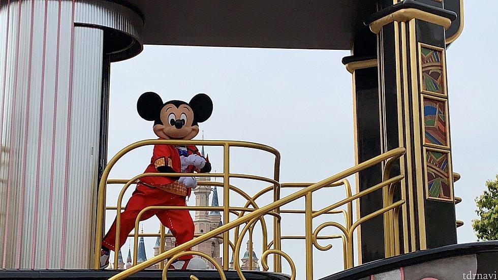 ミッキーはフロートの扉から登場します^^