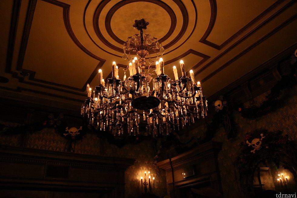館に入り、すぐの部屋のシャンデリア。