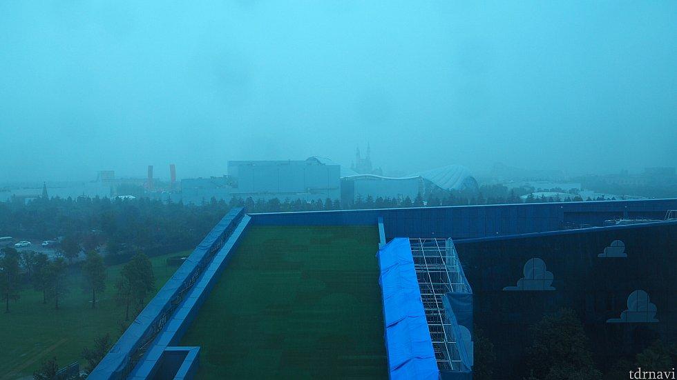 雨で良く見えませんが、正面にパークが見えます。晴れていれば、トロンが通る様子も見られますよ!