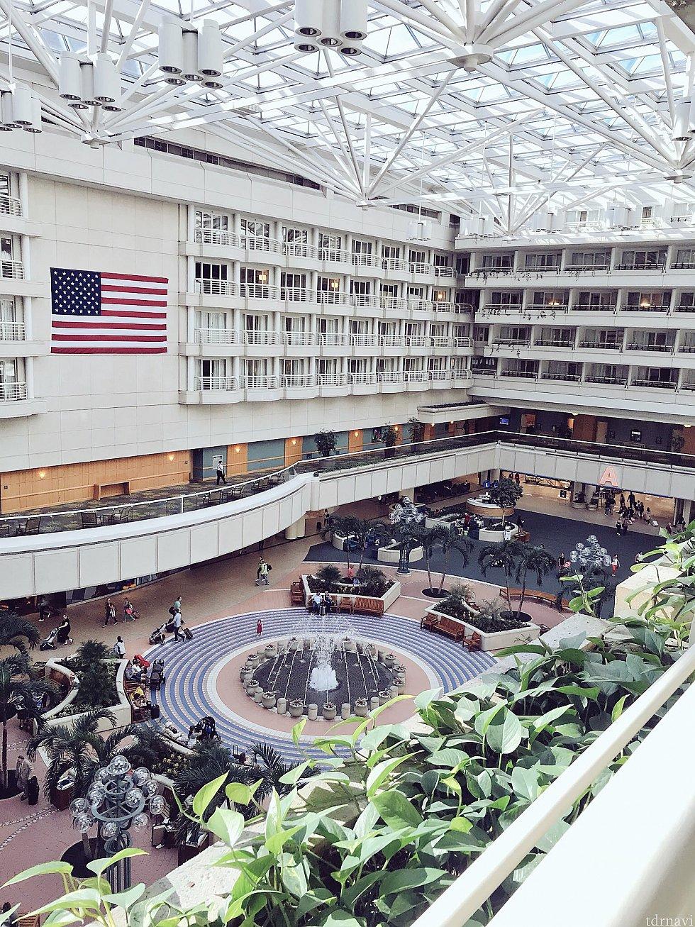 部屋の外、バルコニーに出ると…空港内がすぐ見えました。空港直結というより空港内、真上にある感じです。ディズニーストアもすぐ真下です。