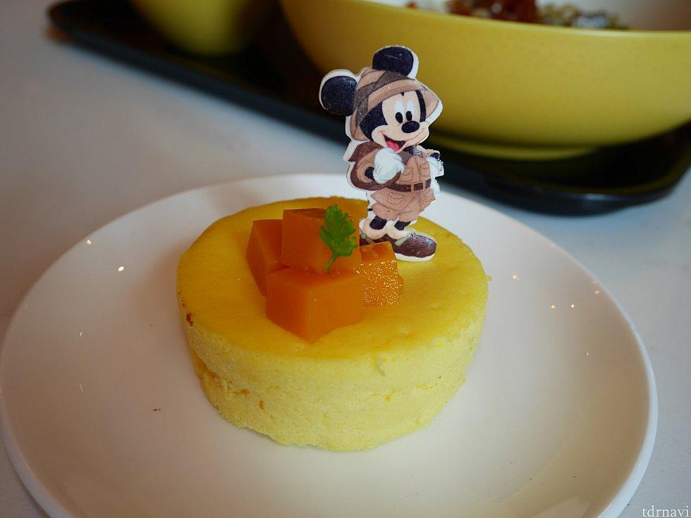 これが食べたかった!探検家ミッキーはマンゴーチーズケーキ☆中にもマンゴーペーストが入っていて美味です♪