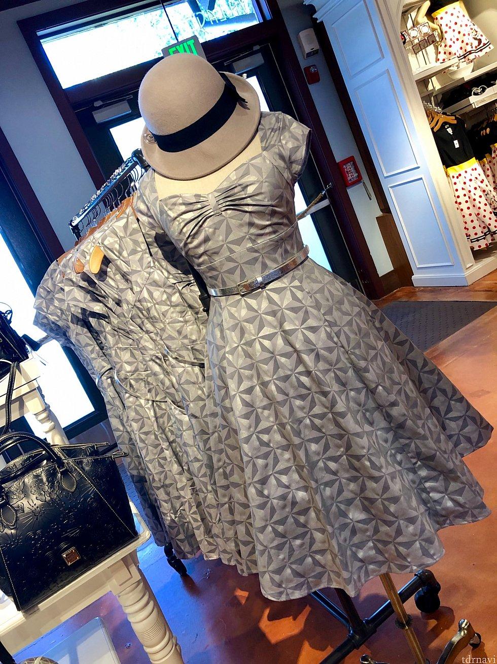 最後のシルバーのドレス良く柄をみてください。WDWならではの、エプコットのシンボルである「スペースシップアース」パターンのドレス。こちらも良いですね。