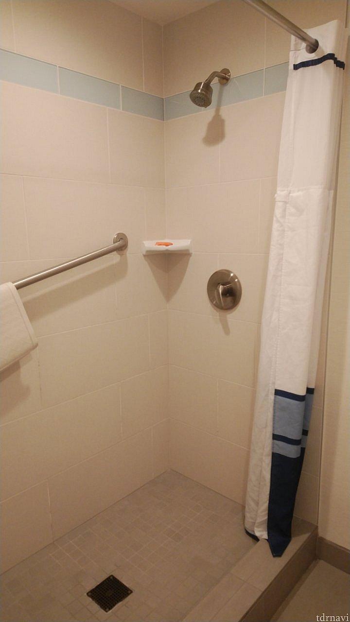 シャワーブース。バスタブ作ってくれても良かったんじゃないかな…。