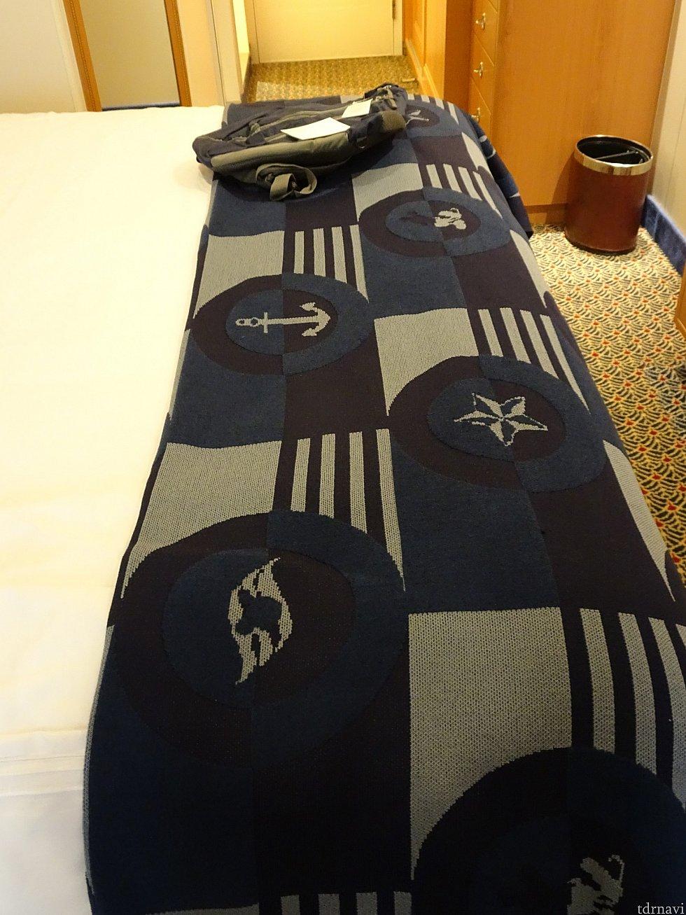 ベッド足元です。奥に写っている引き出しと写っていないですが右側にタンスがあります。