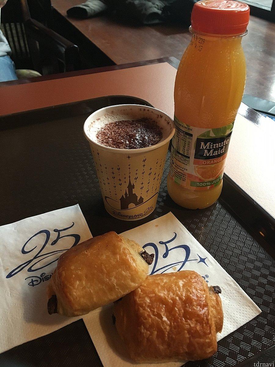これはセコイヤロッジの朝食。 バウチャーにある「オムレツバーガー」が食べられるのはパーク内。