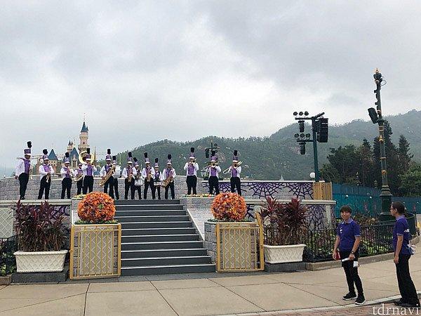 城前のステージでは、ブラスバンドのアトモスフィアがいました。