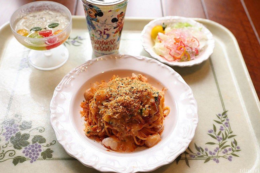 メインの スパゲッティ海老とズッキーニのトマトクリームソース ベーシックなスパゲティの類と思いますが 味という面では安定しており好みはありますが 大外れ!と感じる人は少ないと思います。 粉チーズをかけると絶品でした♪