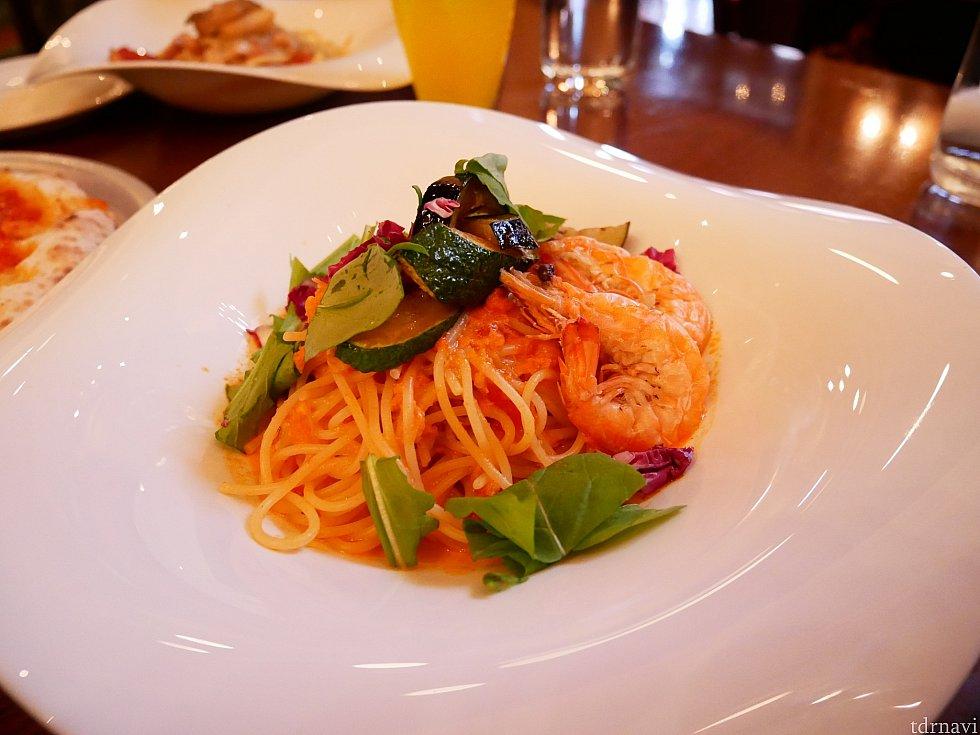 メインのスパゲッティーニ、ソフトシェルシュリンプのトマトソース! えびは柔らかく殻まで食べれます!