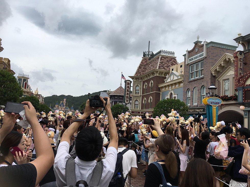 そして参加者が一斉にクッキーを掲げる!私が参加者なのに人ごと的な撮影をしているのは、なぜか報道陣エリアにいたからです…