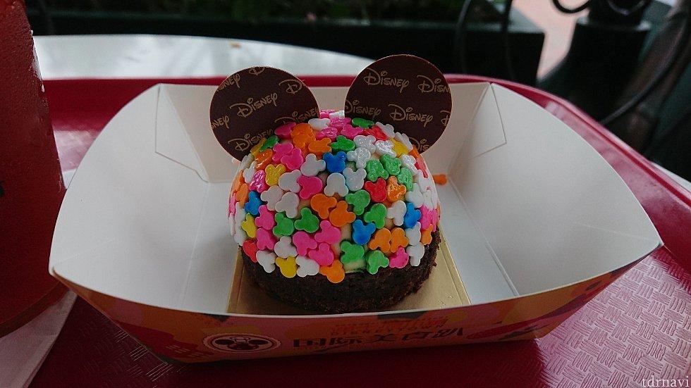 カラフルなヨーグルト風味のケーキ。