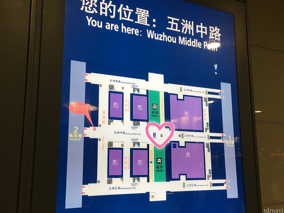 空港のマップ。ハートで囲んだ場所、ターミナルのまさにど真ん中にホテルへのエレベーターがあります。