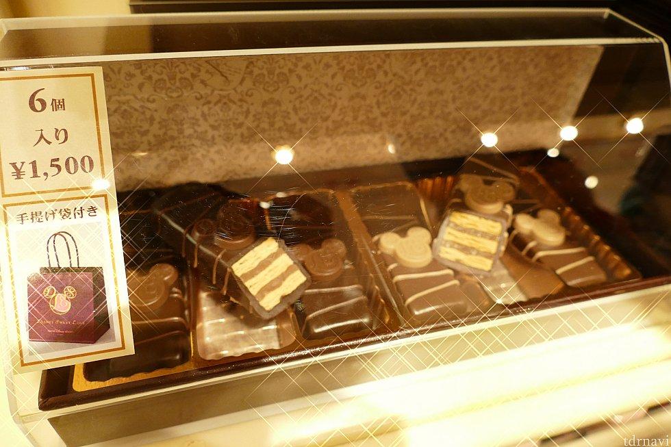 パイ生地にナッツのペーストをサンドしてチョコレートを コーティングした一品。 私の2つめのお気に入りです! シンプルなボックスで大人っぽい! 男性にも好まれそうなデザインです!こちらは1500円!