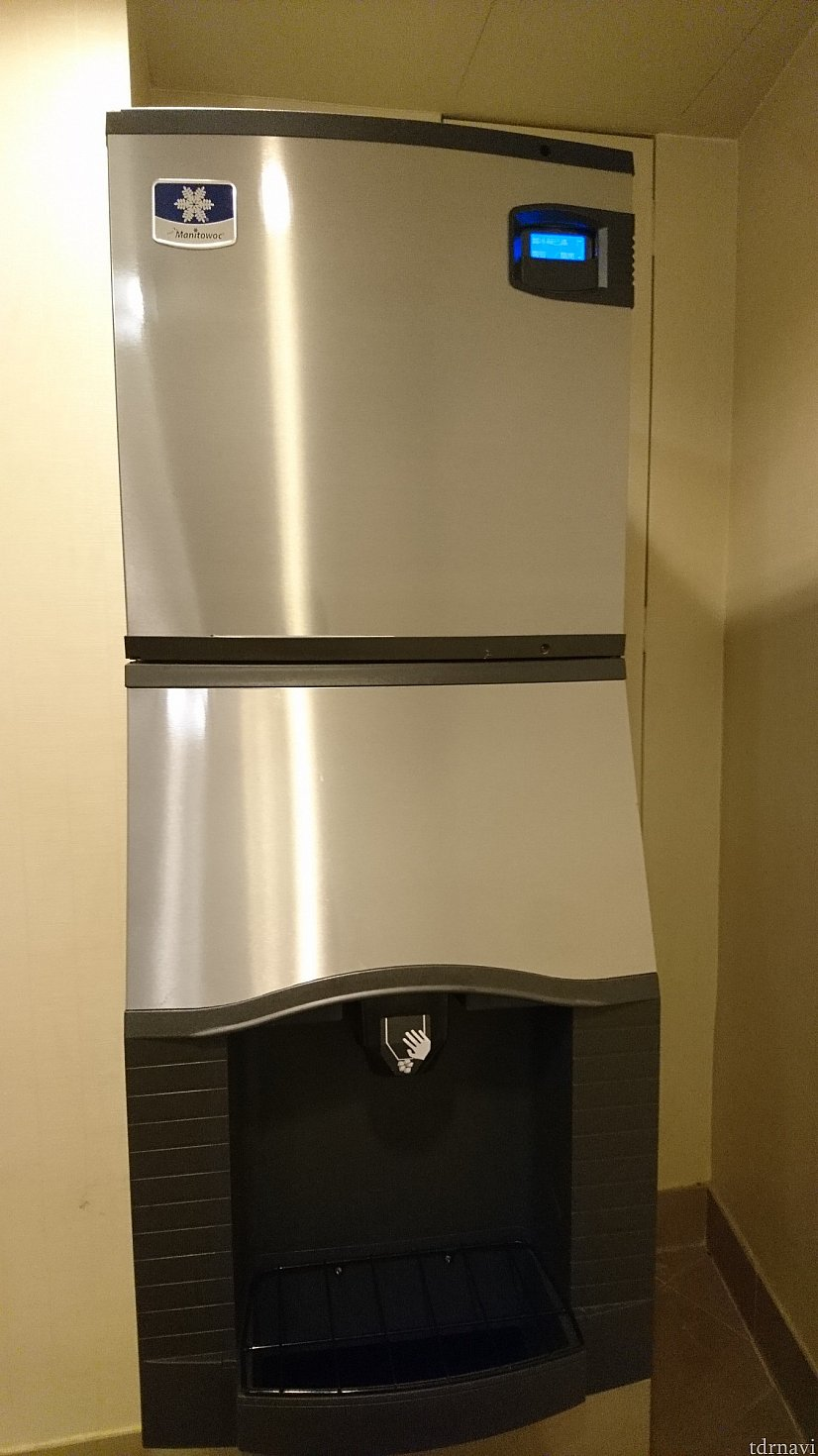 部屋の隣は製氷機でした♪