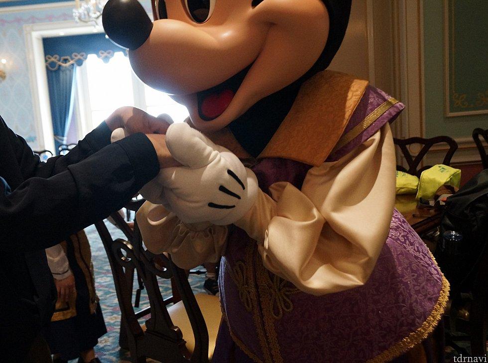 上海のミッキーは手の甲にキスするのが定番??
