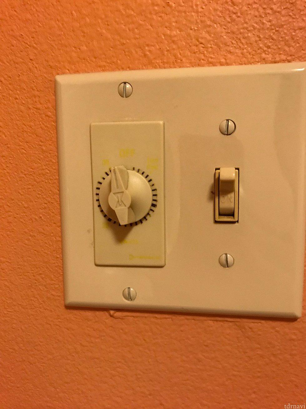 これは部屋のライトをつけるスイッチです 右側のスイッチを上げるとつき、下げると消えます