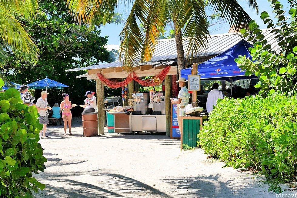 セレニティー・ベイ(大人のビーチ)にあるレストラン、Castaway Air Bar♪こちらはこじんまりとしていて、すぐ横でフローズンドリンクやカクテル、ビール等を購入できます。